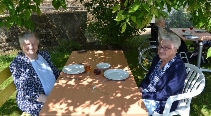 barbecue en petits groupes pour tous les résidents lors de la première phase du DÉ CONFINEMENT